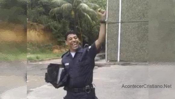 Policía canta alabanzas a Dios