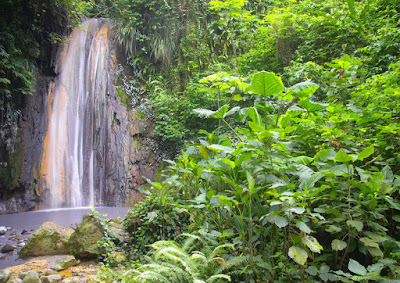 Cascade naturelle ,  à Sainte Lucie, lieu à visiter aux Caraïbes .