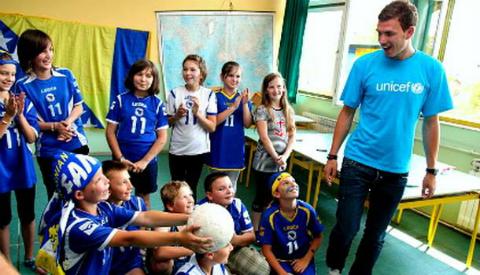 Edin Dzeko chơi đùa cùng các em nhỏ trong một hoạt động của UNICEF