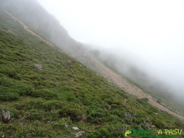 Ruta a Peña Chana: argayo bajando al Lago del Valle