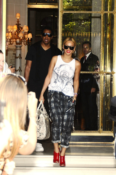 ba3a28f4c3c ... change for Beyonce.The singer looked beautiful wearing bright red lips