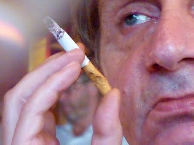 Zigarette (angebissen), angeschnitten das Gesicht