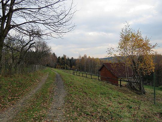 Droga przez wierzchowinę wzniesienia.