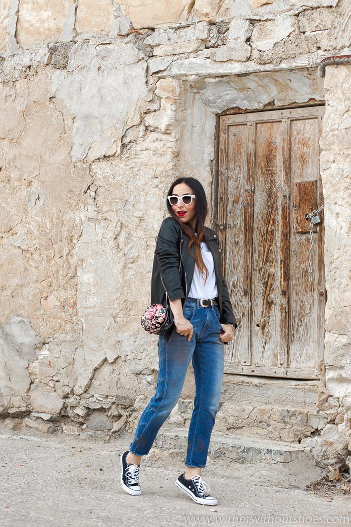 tendencias streetstyle Influencer blogger valencia con look comodo estiloso jeans rectos Meltin Pot chaqueta cuero y converse all star