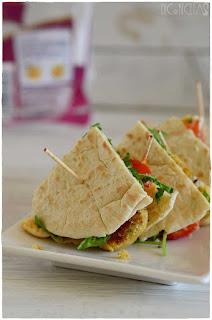 Bocado original de pan de pita relleno de : falafel!!- pan de pita relleno- pan de pita mercadona- pan de pita integral- kebap- pan de pita relleno de pollo- garbanzos- legumbre