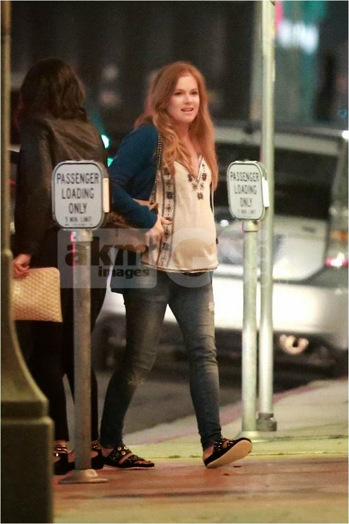 Isla Fisher wearing skinny maternity jeans