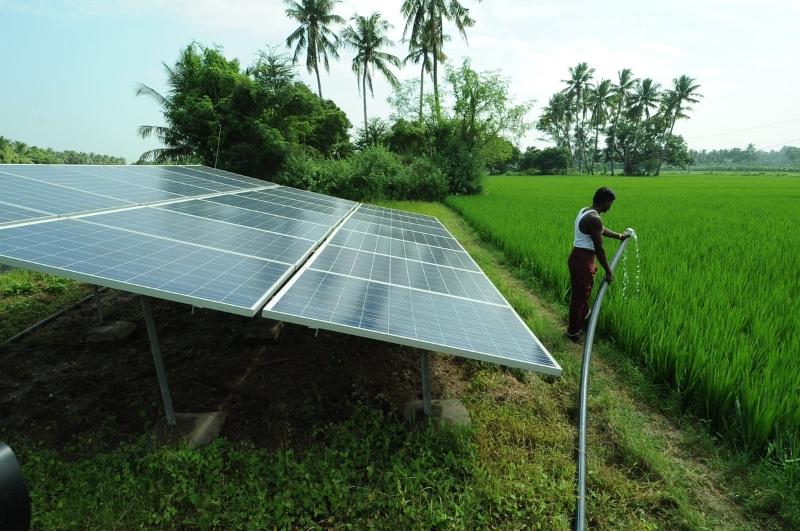 Poço com bomba de água movida a energia solar