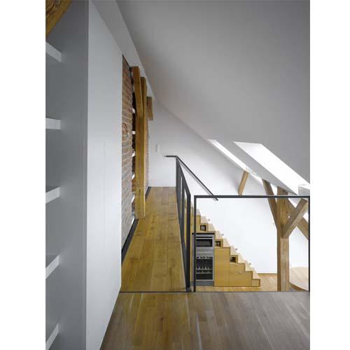 Esempio di ristrutturazione di un piccolo loft a Praga: particolare della passerella