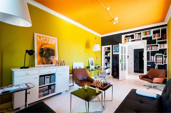 sala com parede amarela