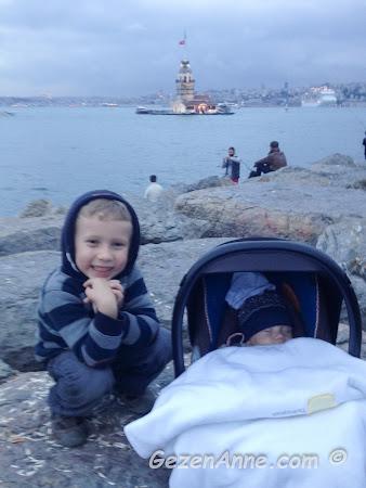 Kız kulesine karşı uyuyan bebeğim ve abisi, Salacak Üsküdar İstanbul