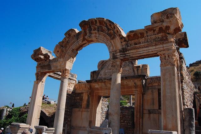temple d'Hadrien vue d'ensemble