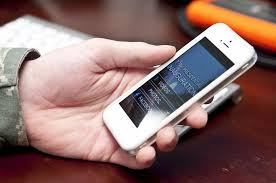 tangan seseorang sedang memegang handphone