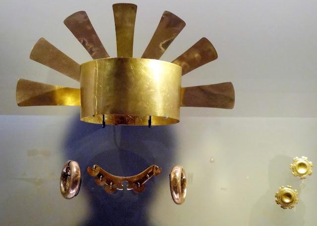 金や銅のヘルメットや王冠を身に付けるシャーマンや族長