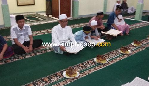 MEMIMPIN:  Ketua Masjid Babusalam Duta Bandara, H.Ahmad Farhanm memimpin acara khataman adik adik Remaja Masjid Babusalam malam itu. Foto Asep Haryono