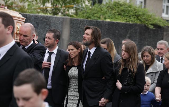 Jim Carrey carrega caixão de Cathriona White