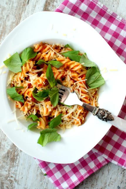 fusilli,makaron z pomidorami,sos pomidorowy,szybki makaron,kuchnia włoska,szpinak,
