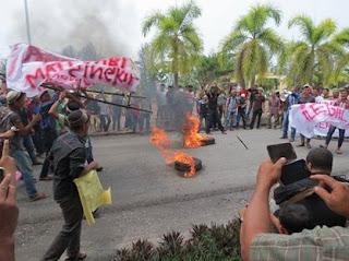 Pemuda Islam Berdemo Tertibkan Gereja Ilegal di Aceh Singkil
