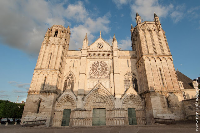 Catedral de Poitiers turismo viaje en coche Francia roadtrip