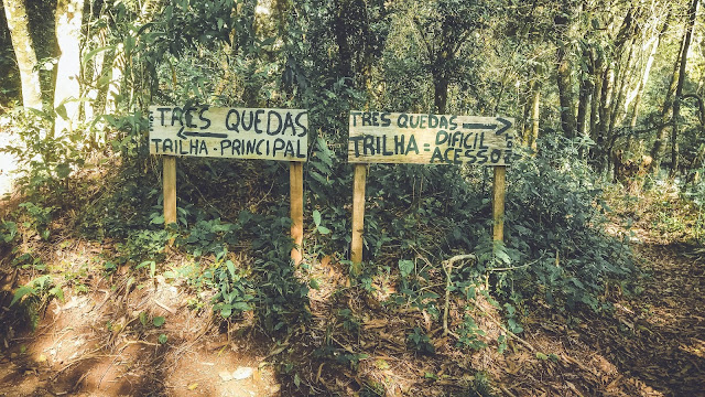 Foto das placas das trilhas da Cascata