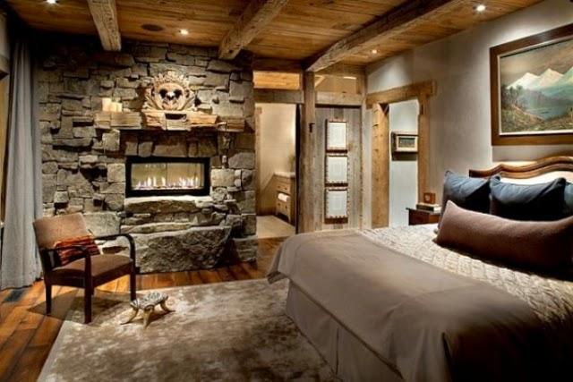 pared de piedra y cuadros le dan un toque modernista al dormitorio