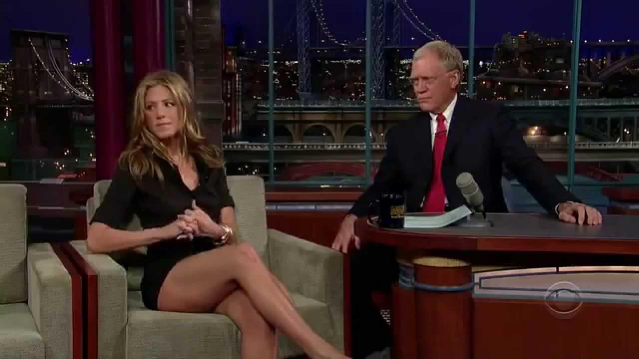 Jennifer Aniston shows her legs in David Letterman's show.