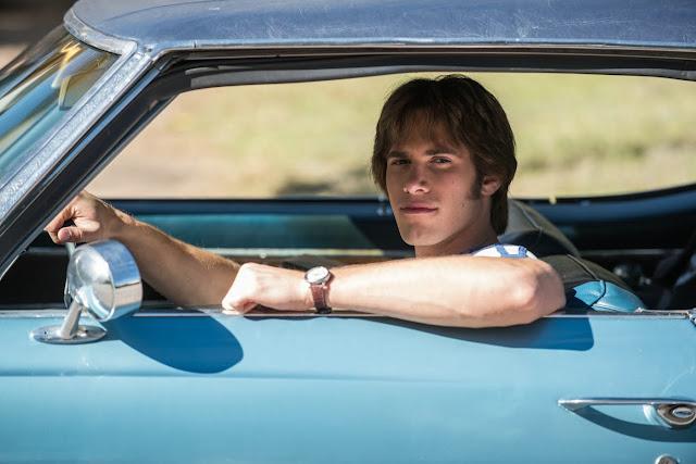 der cineast Filmblog Jake lässig im Muscle-Car