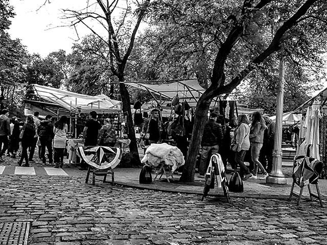 BYN.Artesanos en Recoleta vendedores de cueros.