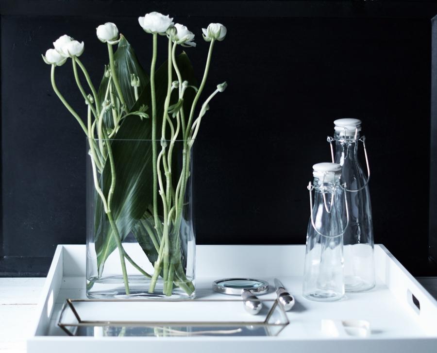 Blog + Fotografie by it's me! - Wohnen - weiße Ranunkeln mit Deko auf einem weißem Tablett