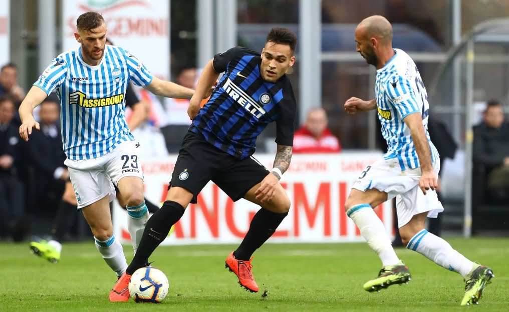 Inter-Spal 2-0, risultato firmato Politano e Gagliardini, -1 dal Milan per il derby di domenica prossima.