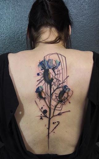 Uma aquarela de inspiração a flor da tatuagem funciona melhor para mostrar a sua beleza e fragilidade como uma mulher. Mais esses são desenhos que podem facilmente capturar os olhos de quem passa.