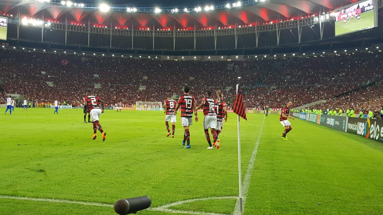 Flamengo bate Paraná e segue líder
