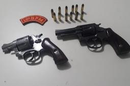 Dupla é presa com armas de fogo em Dores