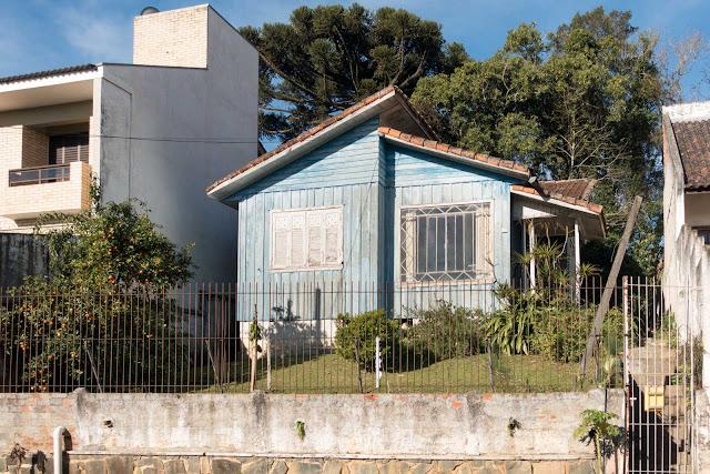 Um casa de madeira azul no Campina do Siqueira