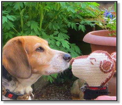 Emma begrüßt Snoopy