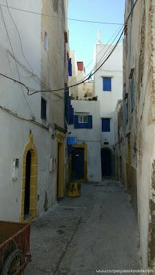 Calle sin salida con casas blancas y puertas azules