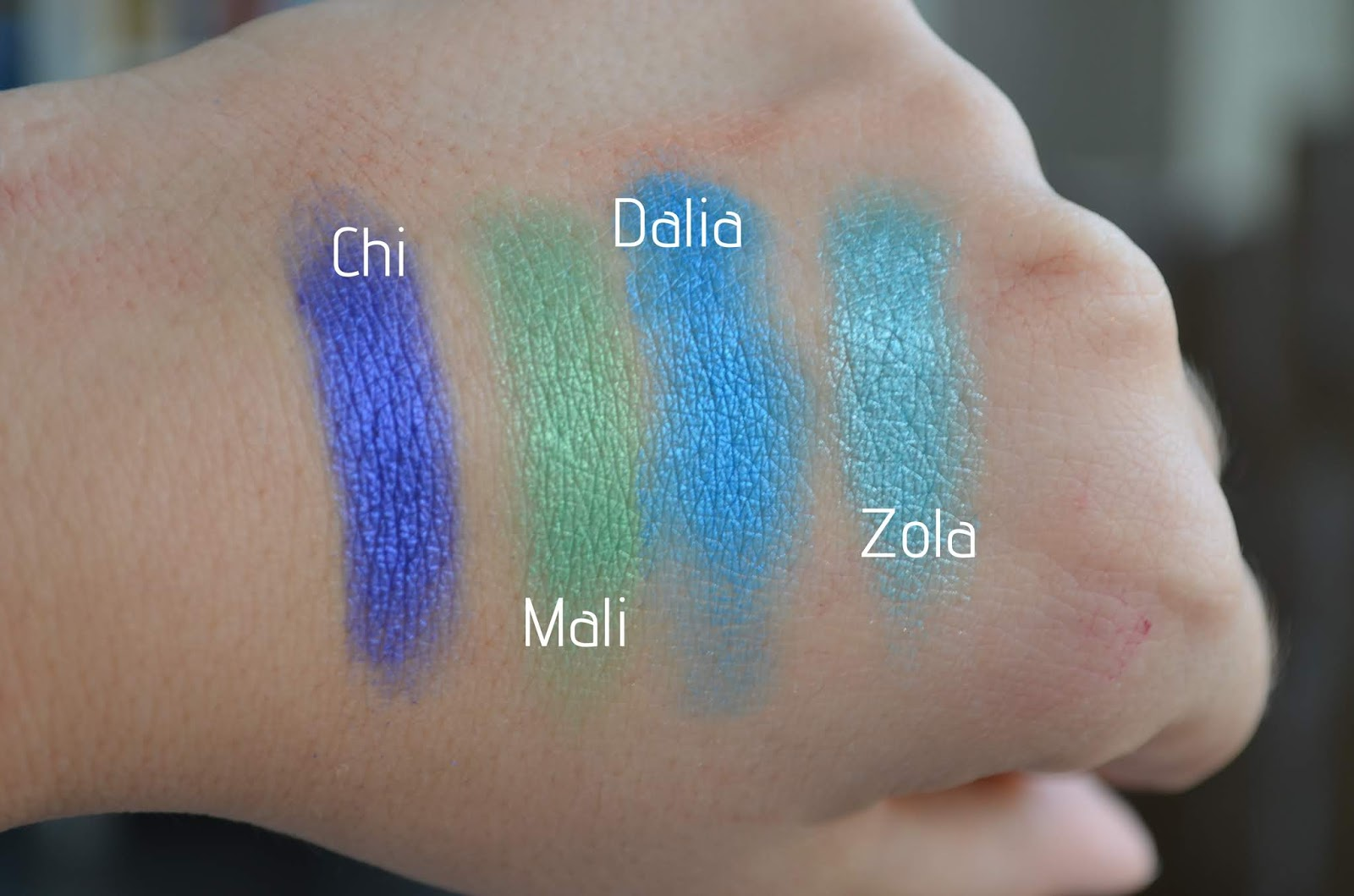 Also this palette doesn't irritate my sensitive eyes. Now lets take a look of the swatches! I do feel the metallic shades swatch smoother then matte shades.
