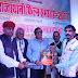 """प्रख्यात फ़िल्म निर्माता एवं निर्देशक के. सी. बोकाडिया को """"महान वीरांगना अबक्का रानी"""" पर प्रकाशित अपनी पुस्तक की प्रति महावीर कुमार सोनी ने राजस्थानी फिल्म समारोह में भेंट की"""