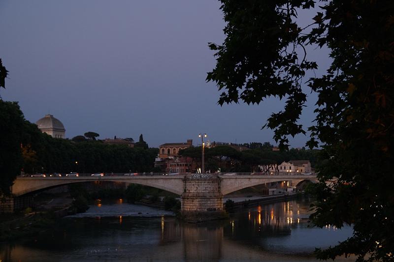 Sommerabend in Rom Brücke Tiber Nacht Sonnenuntergang
