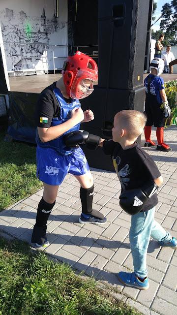 """Zawodnik """"Akademii Zwycięzcy"""" - Igor, pokazuje na czym polega trening kickboxingu."""