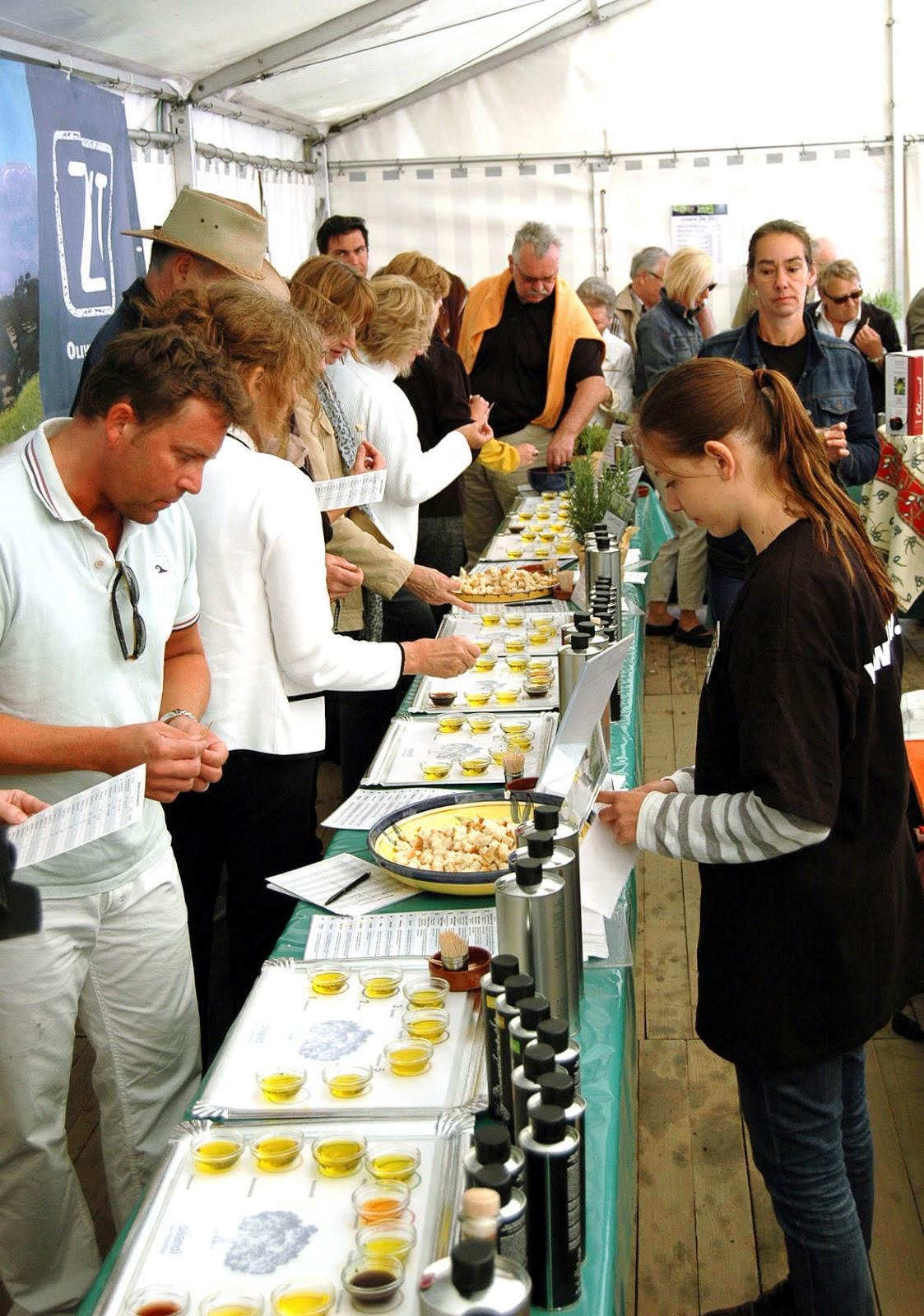 Beim Olivenoelfest von zait koennen die Oele des neuen Jahrgangs probiert werden