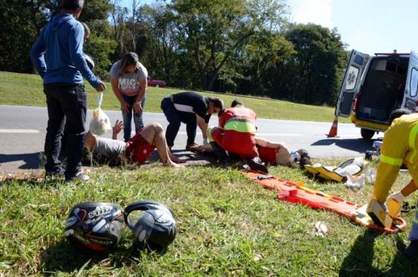 Pneu de motocicleta estoura e casal sofre grave acidente na SP340 próximo á casa noturna Tia Nena