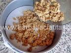 Tort cu bezea crema de ciocolata preparare reteta blat - punem biscuitii in forma