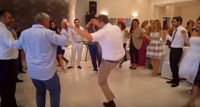 """Ο Απόστολος Γκλέτσος """"τα έσπασε"""" όλα σε γάμο με το τσάμικό του (video)"""