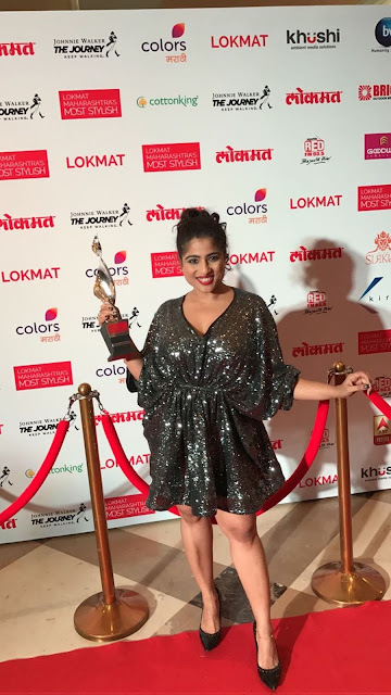 RJ Malishka with the Award for Maharashtra's Most Stylish RJ