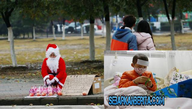 Pakai Kostum Santa Claus dan Jual Apel, Ibu Ini Berharap Bisa Biayai Pengobatan Kanker Anaknya