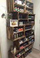 ideas para organizar el calzado en el ropero con cajones de madera
