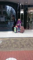 Pili en la puerta del hotel con las maletas