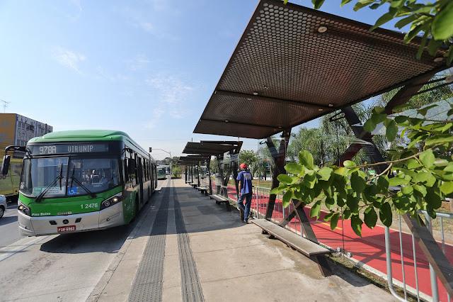 Ponto de ônibus no corredor da Inajar de Souza