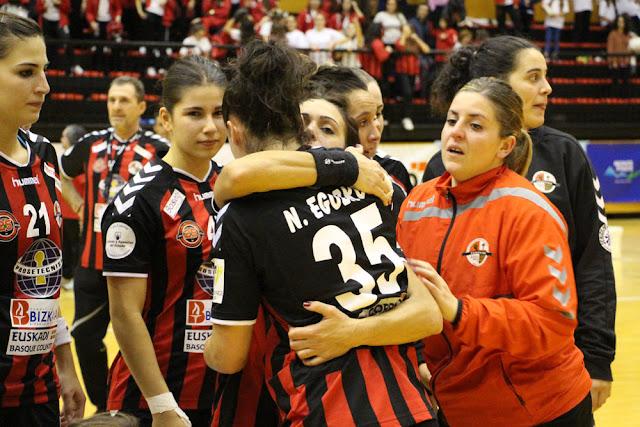Las jugadoras del Zuazo se consuelan tras ser eliminadas en la competición europea