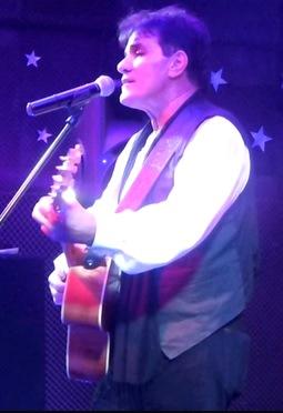 Foto de Sergio Fachelli cantando en concierto